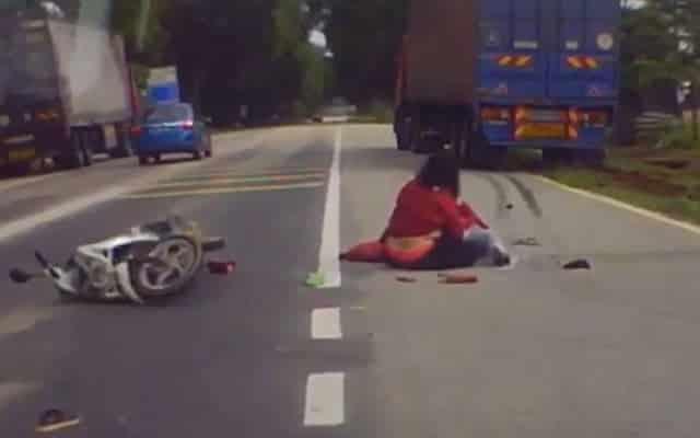 [VIDEO] Pandu lori macam pelesit, motosikal jadi mangsa