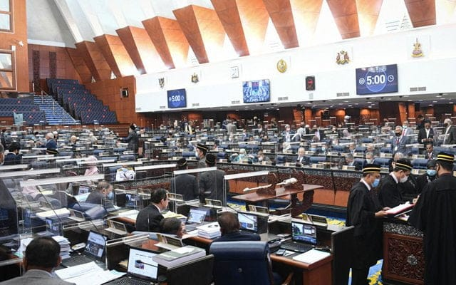 MP pembangkang keluar dewan bantah keputusan benar MP kuarantin hadir pakai PPE