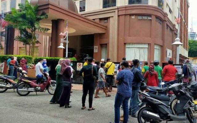Pejabat KWSP diserbu, sebahagian pencarum diarah pulang