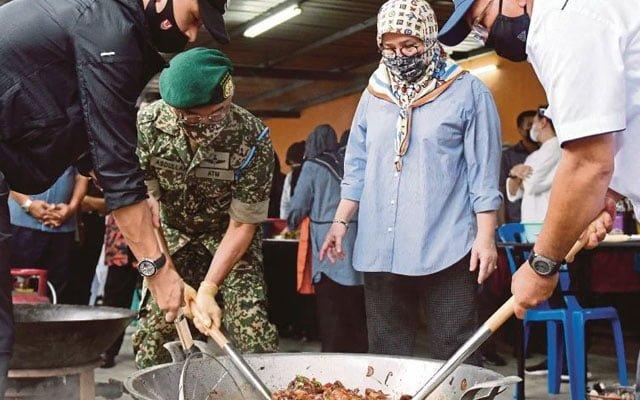 Banjir : Pemaisuri Agong memasak untuk mangsa banjir di Pahang