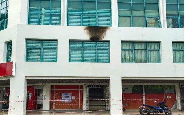 Gempar !!! Pelanggan cemas, bangunan KWSP dilontar bom petrol