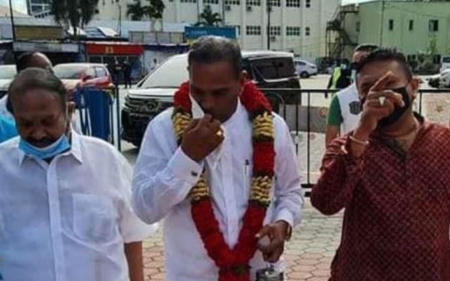 Menteri kantoi terima kalungan bunga majlis Thaipusam tanpa pakai 'facemask'