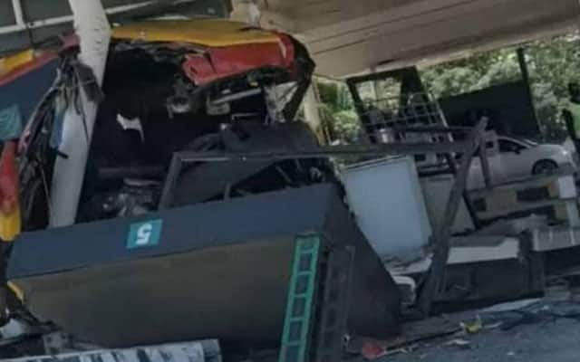 Bas ekspress bawa pesakit Covid-19 rempuh plaza tol UPM