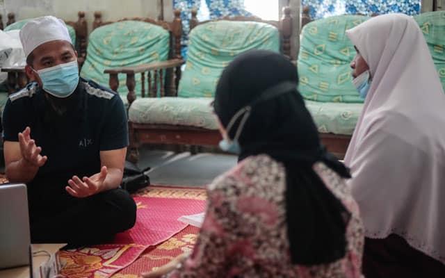 Ebit Lew umum taja penuh pengajian pelajar IPT cemerlang dari Kelantan ini