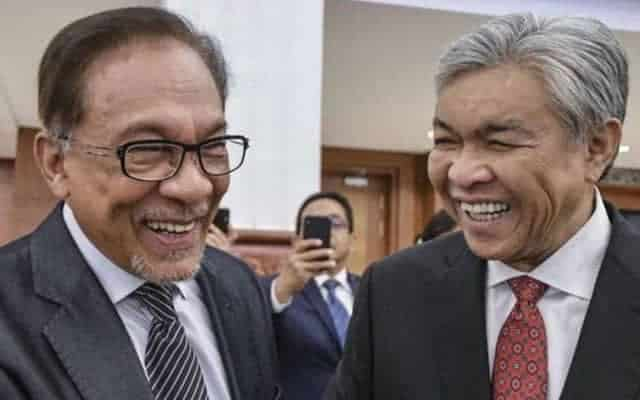 Gempar !!! Blog pro-Azmin dedah perbualan telefon sulit Anwar dan Zahid