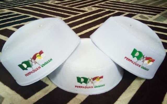 """Selepas Muafakat Nasional terkubur, peniaga kopiah logo penyatuan ummah terpaksa """"lelong"""" barang"""