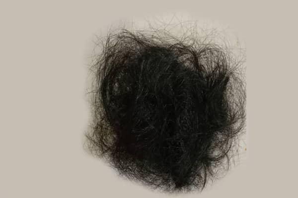 Wanita terkejut jumpa gumpalan rambut diatas kepala waktu bangun tidur