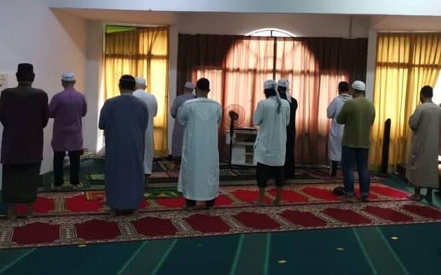 Solat jemaah tanpa kebenaran, 12 lelaki dikompaun