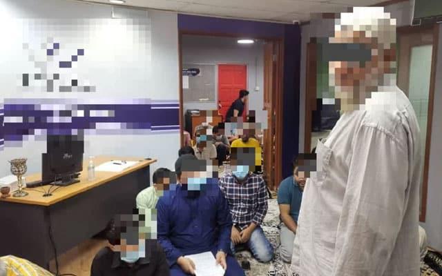 Cuba solat jumaat di ofis, 12 individu ditahan