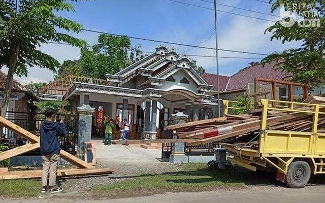 Berang isteri curang, suami cabut atap rumah