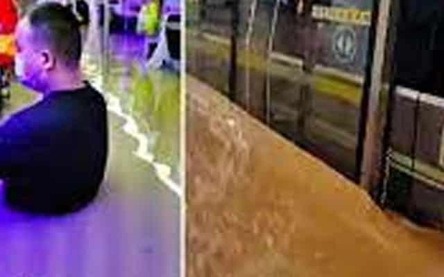 Banjir paras dada dalam tren, penumpang terpaksa harung air