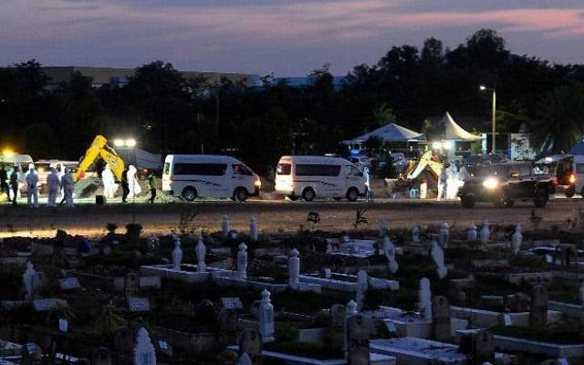 Pilu | Deretan van jenazah bawa jenazah Covid-19 di perkuburan Seksyen 21