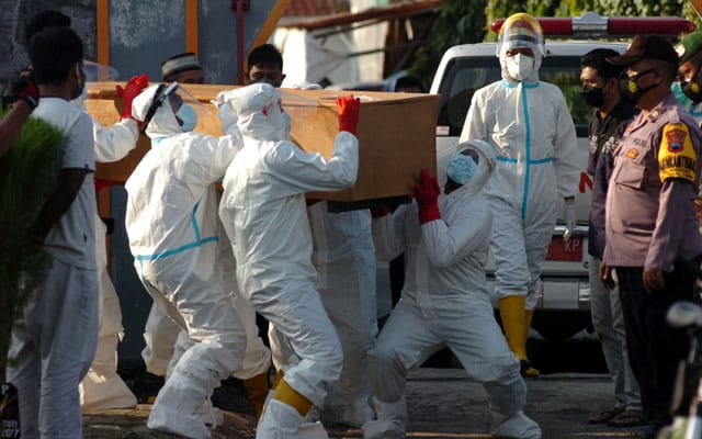 Ramai doktor mati, Indonesia beri suntikan vaksin dos ketiga
