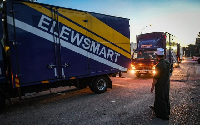 Tiga lori bantuan Ebit Lew diarah patah balik di SJR